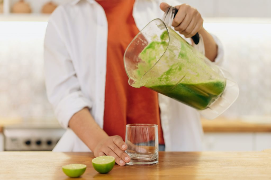 mango spinach smoothie with lime